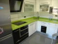 Ildefonso Matanza_cocina-formica-blanca-negra-encimera-silestone-verde