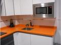 Ildefonso Matanza_cocina-blanco-brillo-encimera-naranja