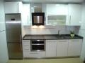 cocina-blanco-brillo-tirador-acero-encimera-silestone-steel